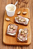 Wholemeal bread with horseradish sauce, roastbeef and capers