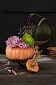 Herbstliche Kürbisdeko mit Astern & Chrysanthemenblüten