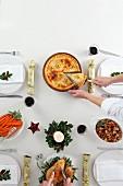 Gedeckter Weihnachtstisch mit Braten, Beilagen und angeschnittener Pie