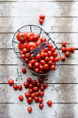 Tomatoes in a wire basket (seen from above)