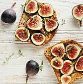 Toast with figs, honey and thyme