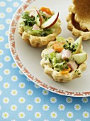 Tartlets with ham, brussels sprouts, carrots, apples and thyme