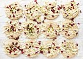 Gebäckringe dekoriert mit weisser Schokolade, Cranberries & Pistazien