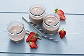 Strawberry and avocado smoothies with cashew nuts