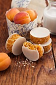 Apricot cakes with wafers to take away