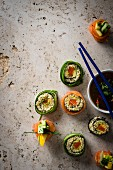 Bulgur sushi with smoked salmon, pattypan squash and a mango-chilli dip