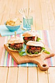 Beefburgers with tomatoes and caramelised onions