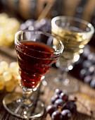 Rotweinglas und Weissweinglas
