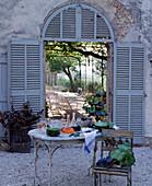 Gedeckter Tisch im Freien mit Wein und Trauben