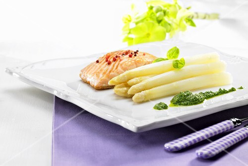 Salmon fillet with white asparagus