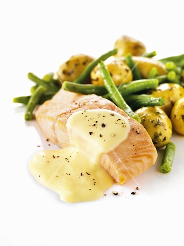 Salmon fillet with Hollandaise sauce, potatoes and green beans