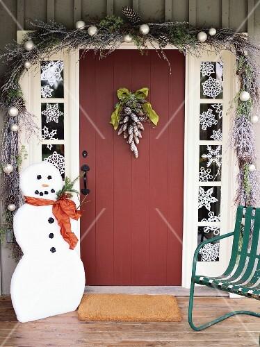 weihnachtlich dekorierte haust r mit schneemann bild kaufen 853783 stockfood. Black Bedroom Furniture Sets. Home Design Ideas