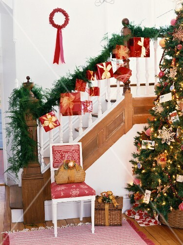 weihnachtlich dekorierte treppe und christbaum bild kaufen 853785 stockfood. Black Bedroom Furniture Sets. Home Design Ideas