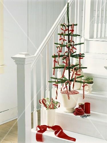 k nstlicher tannenbaum mit zuckerstangen auf einer treppe. Black Bedroom Furniture Sets. Home Design Ideas