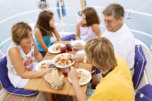 familie beim pasta essen auf einem boot bild kaufen 870065 stockfood. Black Bedroom Furniture Sets. Home Design Ideas