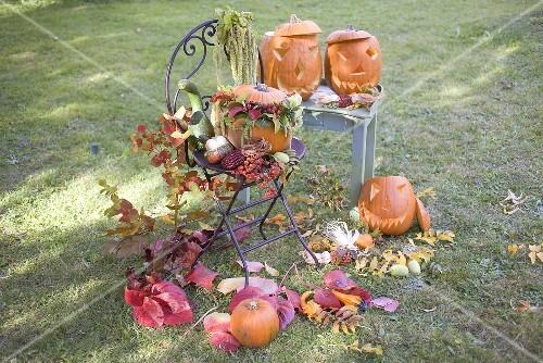 Herbstliche gartendeko mit k rbissen blumen und laub for Herbstliche gartendeko