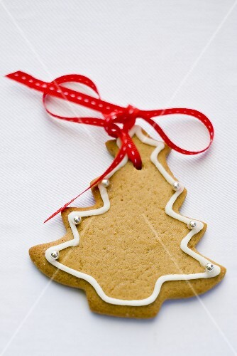 Fir tree biscuit with red bow