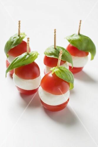 tomaten mozzarella spiesschen mit basilikum bild kaufen. Black Bedroom Furniture Sets. Home Design Ideas