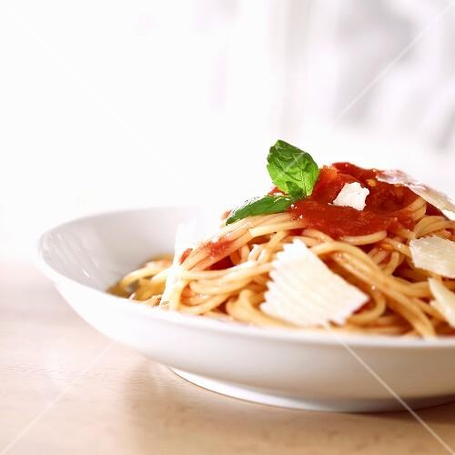 spaghetti mit tomatensauce und parmigiano bild kaufen 978989 stockfood. Black Bedroom Furniture Sets. Home Design Ideas
