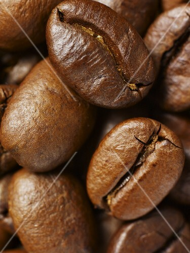 Roasted coffee beans (close-up)