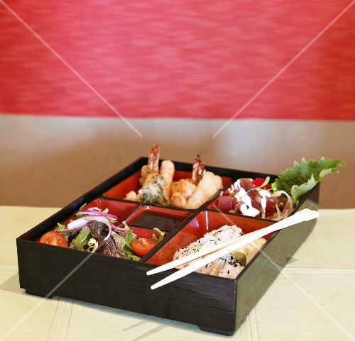 bento box mit sushi und meeresfr chten japan bild kaufen 995879 stockfood. Black Bedroom Furniture Sets. Home Design Ideas