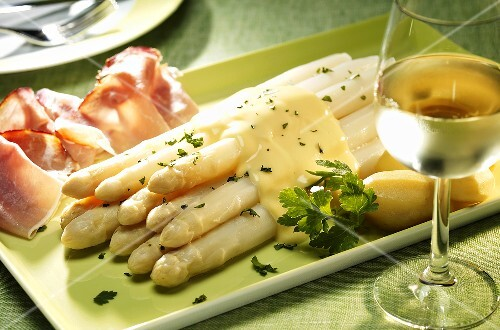 White asparagus with hollandaise sauce, potatoes and ham