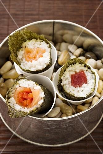 temaki sushi mit thunfisch lachs und m hrensticks japan bild kaufen 939961 stockfood. Black Bedroom Furniture Sets. Home Design Ideas