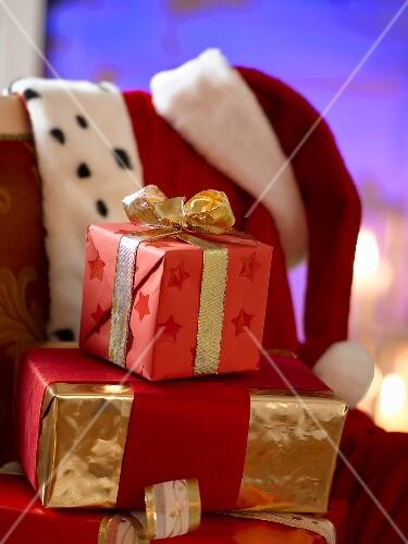 weihnachtsgeschenke auf einem stuhl bild kaufen 947663 stockfood. Black Bedroom Furniture Sets. Home Design Ideas