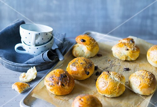 Baking with stevia: sweet breakfast rolls with raisins