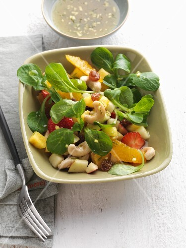 Lamb's lettuce with fruit and cashew nuts
