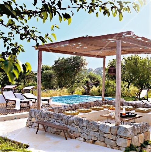 terrasse mit niedriger steinmauer pergola pool im garten. Black Bedroom Furniture Sets. Home Design Ideas