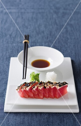 Tuna sashimi with a seaweed and pepper crust