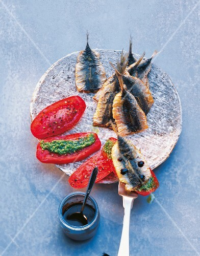 Fried sardines with tomatoes and pesto