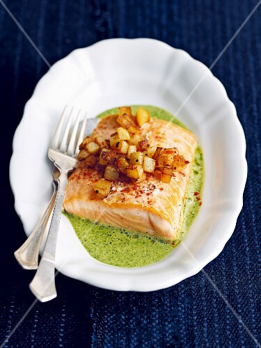 Oven-baked salmon with diced potatoes and a spinach sauce