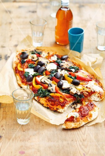 Vegetable pizza with olives