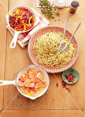 Spaghetti aglio e olio with a pepper medley and prawns
