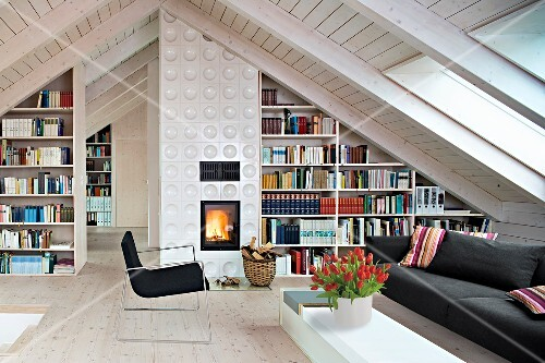 Wohnzimmer Unterm Dach Ofen Bcherregale Sitzecke Hell Tulpen Bild Kaufen Seasonsagency