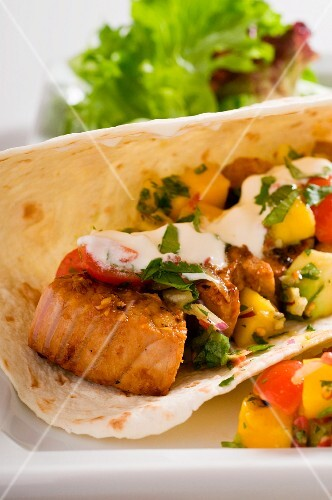 Tuna wrap with mango and sour cream