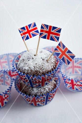 Chocolate muffins dusted with icing sugar and flags (Great Britain)