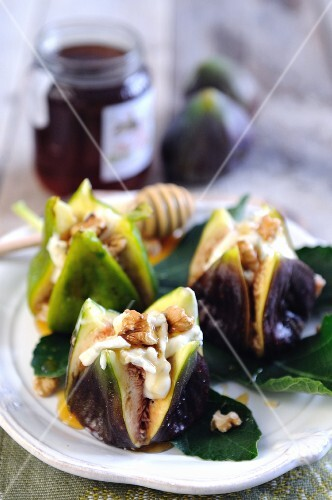 Fresh figs filled with gorgonzola, walnuts and honey