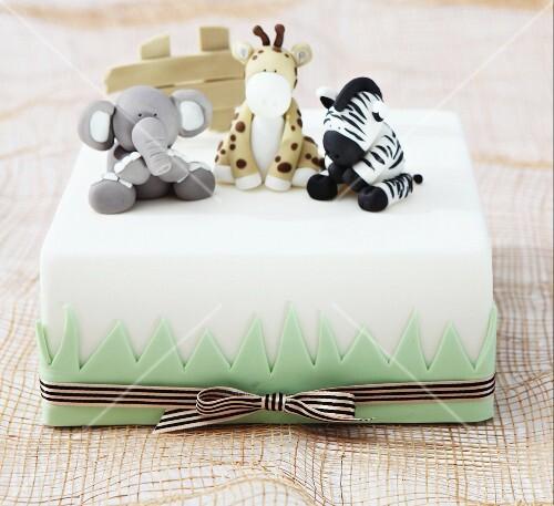 weisse torte mit tierfiguren aus fondant bild kaufen 11104431 stockfood. Black Bedroom Furniture Sets. Home Design Ideas