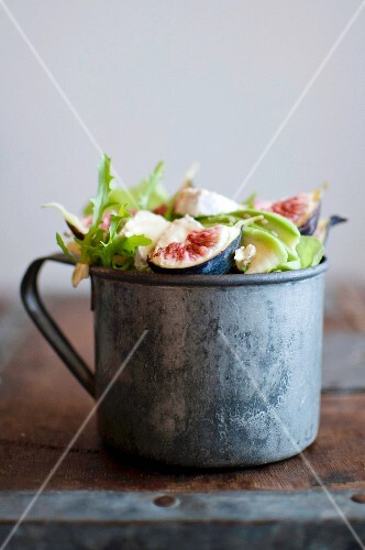 Mixed leaf salad with figs and soft cheese