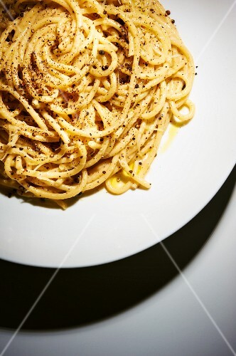 Spaghetti cacio e pepe (pasta with cheese and pepper)