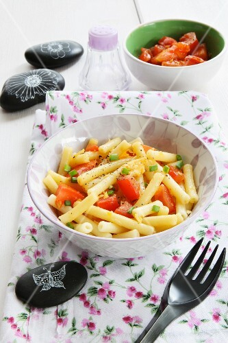 Rigatoni with raw tomatoes