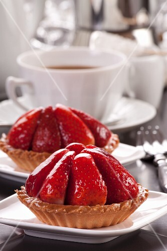 Strawberry tartlets with coffee
