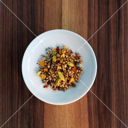 A curry spice mixture (unground)