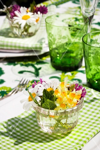 Table decoration - small summer bouquets in a water glass