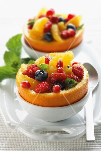 Macedonia nelle arance (fruit salad in orange zest)