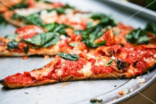 pizza mit tomaten mozzarella und spinat bild kaufen 11130923 stockfood. Black Bedroom Furniture Sets. Home Design Ideas