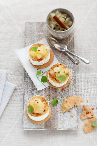 Goat's cheese with crackers and pear chutney